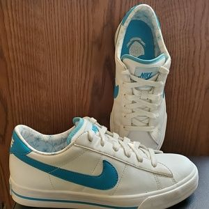 Nike classic tennis shoes